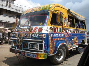 Un minibus lourdement décoré